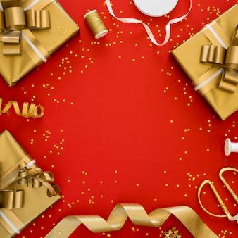 Asortyment świątecznych zapakowanych prezentów z miejscem na kopię