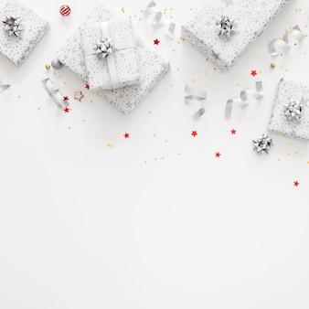Asortyment świątecznych zapakowanych prezentów z widokiem z góry