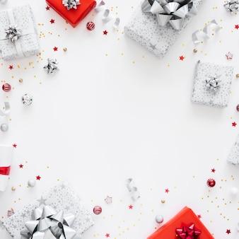 Asortyment świątecznych zapakowanych prezentów