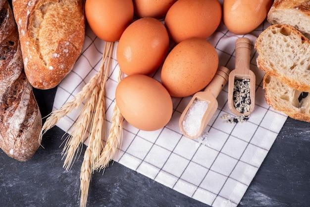 Asortyment świeżego chleba i składników do pieczenia