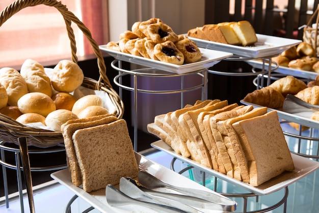 Asortyment świeżych ciast na stole w formie bufetu