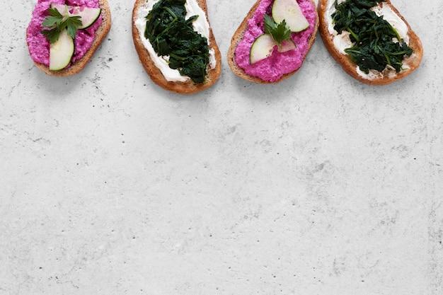 Asortyment świeżych kanapek na tle cementu z miejsca na kopię