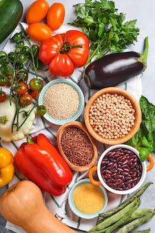 Asortyment świeżych owoców i warzyw organicznych wielobarwny tęczy na szarym tle betonu. gotowanie żywności i zdrowe czyste tło żywności i makiety.
