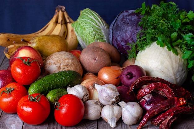 Asortyment świeżych owoców i warzyw. skład z różnymi surowymi warzywami organicznymi