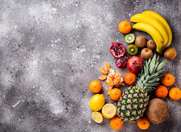 Asortyment świeżych owoców tropikalnych