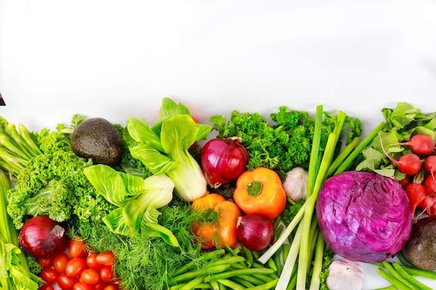 Asortyment świeżych zdrowych warzyw. widok z góry.