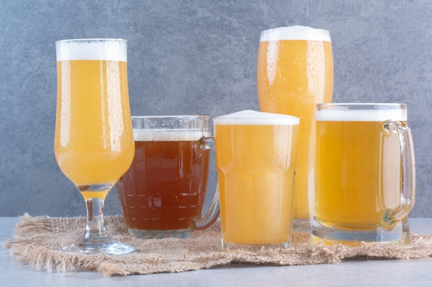Asortyment szklanek do piwa na worze