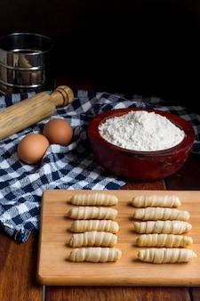 Asortyment tradycyjnych wenezuelskich paluszków serowych