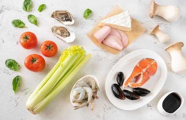 Asortyment umami - bogate potrawy na białym stole