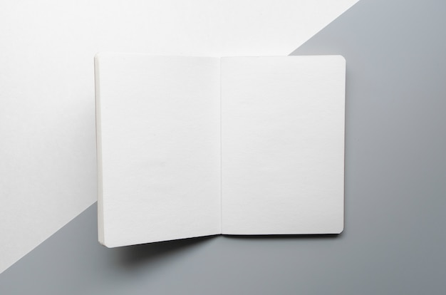 Asortyment w widoku z góry z białym notatnikiem