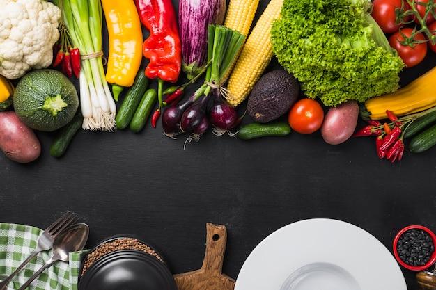 Asortyment warzyw i płytki ceramicznej