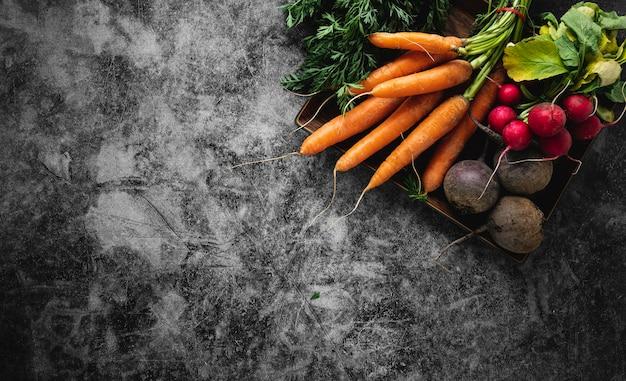 Asortyment warzyw na tle abstrakcyjnej przestrzeni kopii