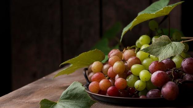 Asortyment widok z przodu jesiennych owoców z miejsca na kopię
