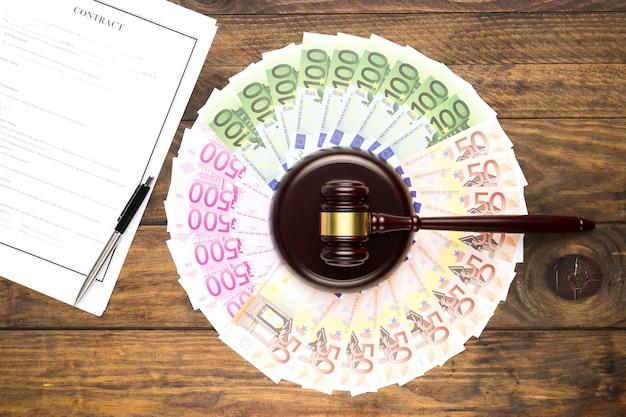 Asortyment widoków z banknotów, młotek i kontrakt