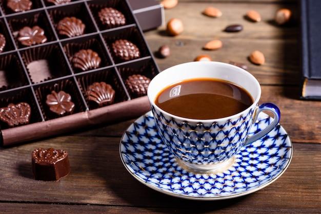 Asortyment wybornych cukierków czekoladowych