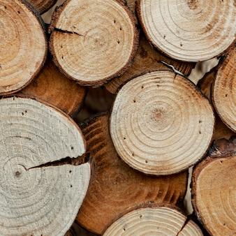 Asortyment z ciętym drewnem dla koncepcji rynku