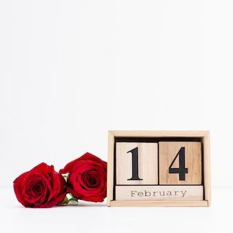Asortyment z datą 14 lutego i różami