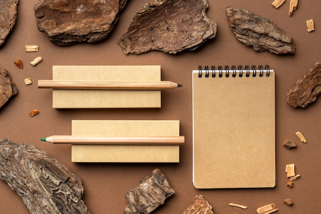 Asortyment z elementami papeterii i notatnikiem