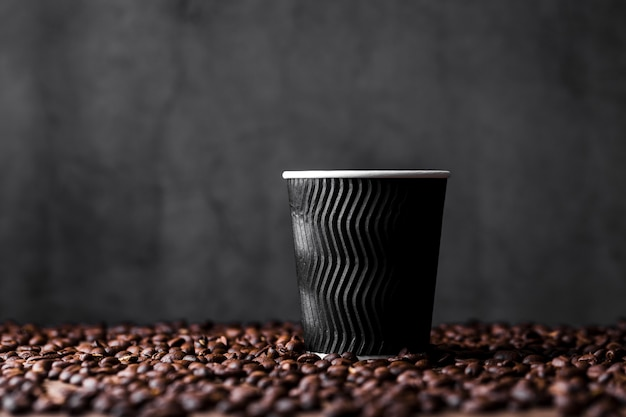 Asortyment z filiżanką kawy i ziarnami