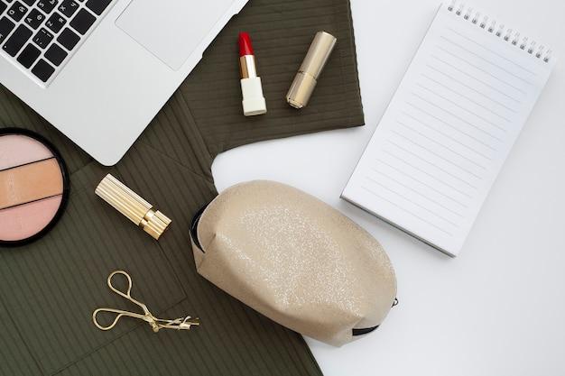 Asortyment z góry z laptopem i kosmetykami