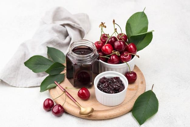 Asortyment z konserwowanymi owocami w słoiku