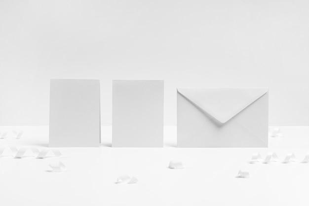 Asortyment z kopertą i kawałkami papieru