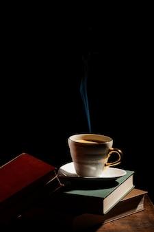 Asortyment z książkami i filiżanką