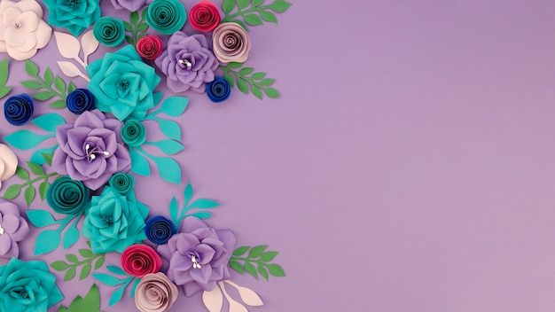 Asortyment z kwiecistą ramą i purpurowym tłem