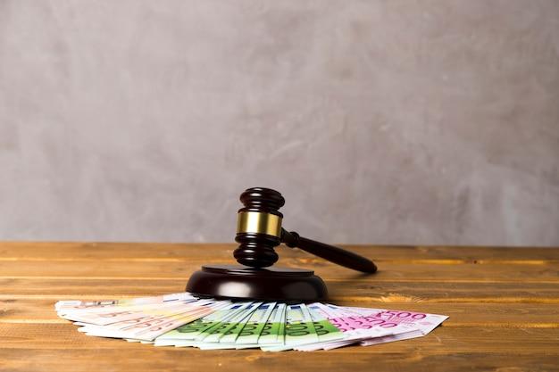 Asortyment z młotkiem sędziego i banknotami euro