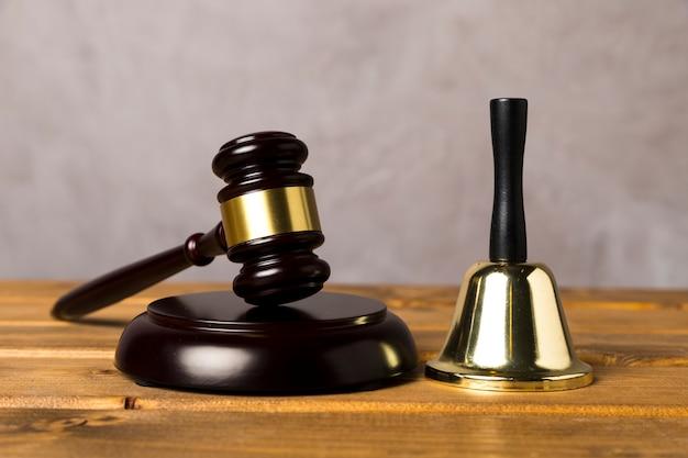 Asortyment z młotkiem sędziego i dzwonkiem