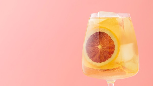 Asortyment z owocowym napojem i różowym tłem