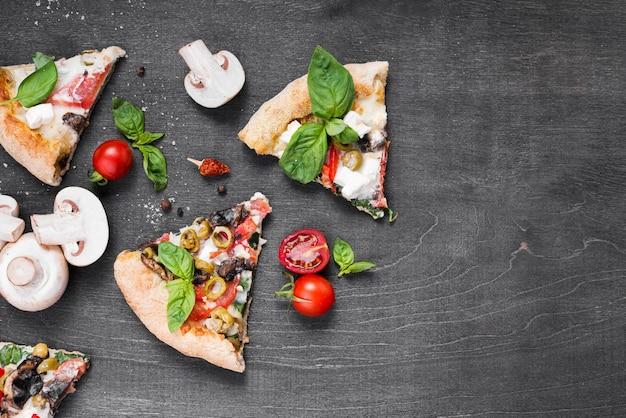 Asortyment z plasterkami pizzy i grzybami