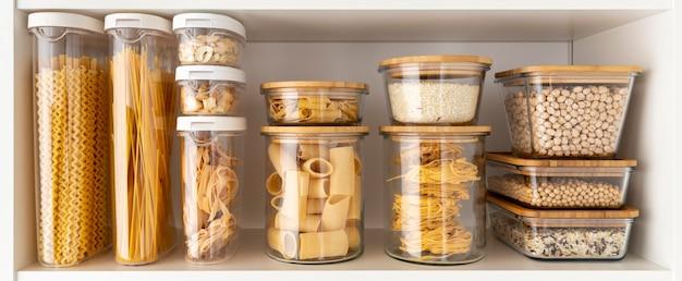 Asortyment z pojemnikami na żywność na półce
