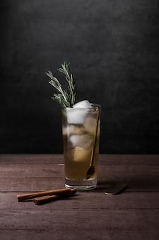 Asortyment z pysznym napojem z kostkami lodu