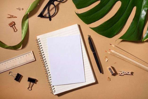 Asortyment z widokiem z góry z pustym notatnikiem