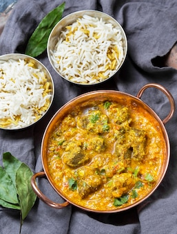 Asortyment z widokiem z góry z pysznym posiłkiem z pakistanu