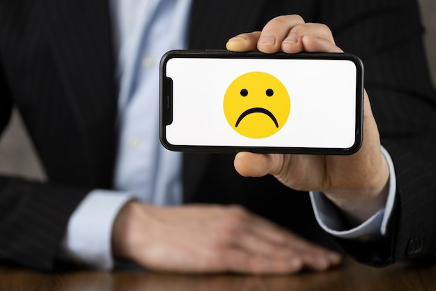 Asortyment z widokiem z przodu z emoji na smartfonie