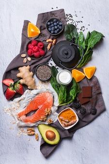 Asortyment zdrowego dobrego samopoczucia, składników superfood na stres, niepokój, chroniczne zmęczenie, łagodzenie depresji, redukcję, relaks na kuchennym stole. widok z góry na płaskie tło