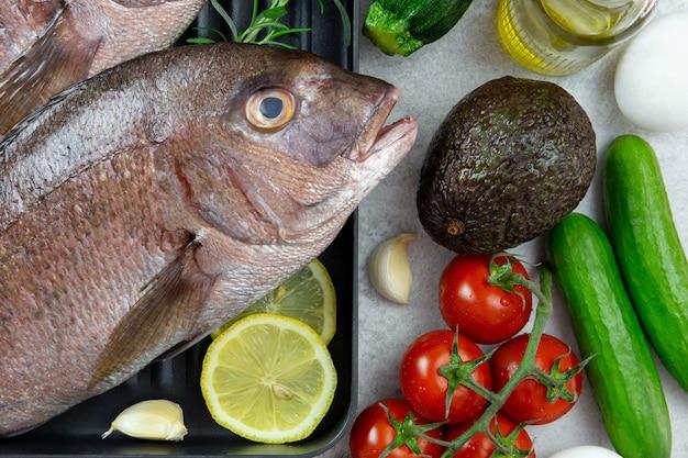 Asortyment zdrowych ketogennych składników żywności o niskiej zawartości węglowodanów do gotowania z warzywami, mięsem, rybami, serem i jajami.
