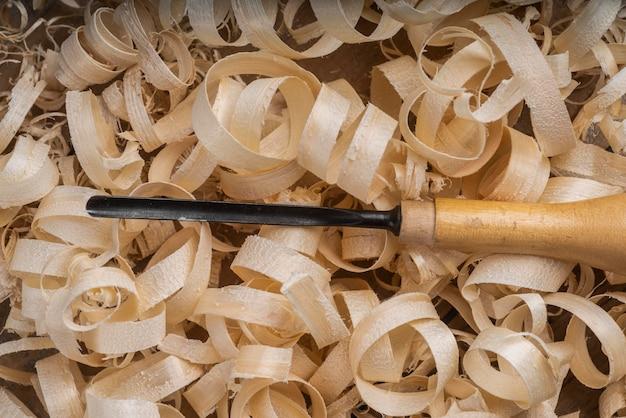 Asortyment ze skrawkami drewna i narzędziem