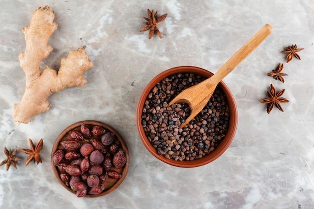 Asortyment ze zdrową żywnością i marmuru tle