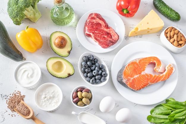 Asortyment żywności na białym stole