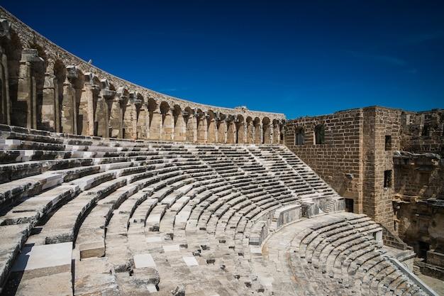 Aspendos amfiteatr zbliżenie wewnątrz w okresie letnim ze słońcem, turcja, serik.
