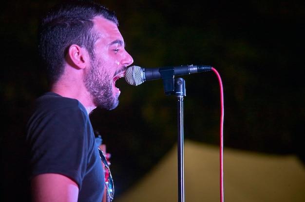 Aspirująca piosenkarka podczas występu na żywo