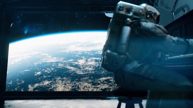 Astranauta w skafandrze gra na pianinie w statku kosmicznym z widokiem na przestrzeń planety ziemia