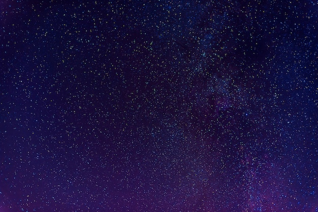 Astrofotografia ciemnoniebieskiego gwiaździstego nieba z wieloma gwiazdami, mgławicami i galaktykami