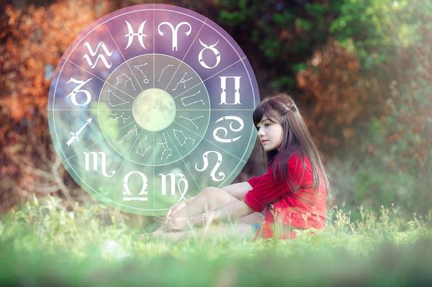 Astrologia latem z piękną dziewczyną i kołem zodiaku.