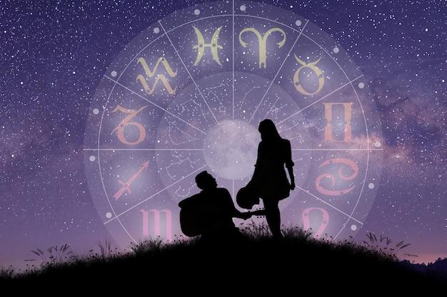 Astrologiczne znaki zodiaku w kręgu horoskopu para śpiewa i tańczy