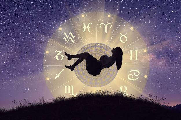 Astrologiczne znaki zodiaku wewnątrz kręgu horoskopu kobieta lewitująca nad kołem zodiaku