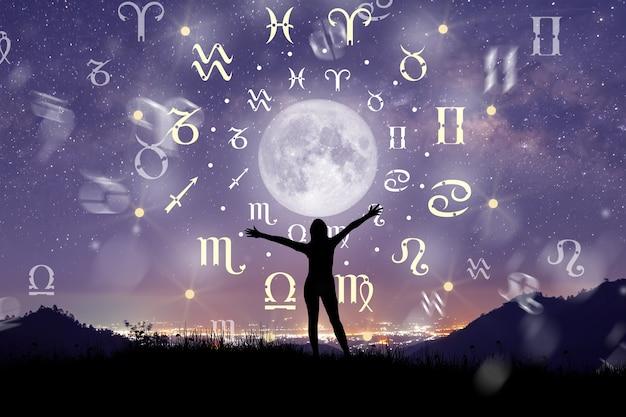 Astrologiczne znaki zodiaku wewnątrz okręgu horoskop. ilustracja sylwetka kobiety konsultacji gwiazd i księżyca nad kołem zodiaku i tle drogi mlecznej. potęga koncepcji wszechświata.